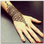 motif henna di lengan