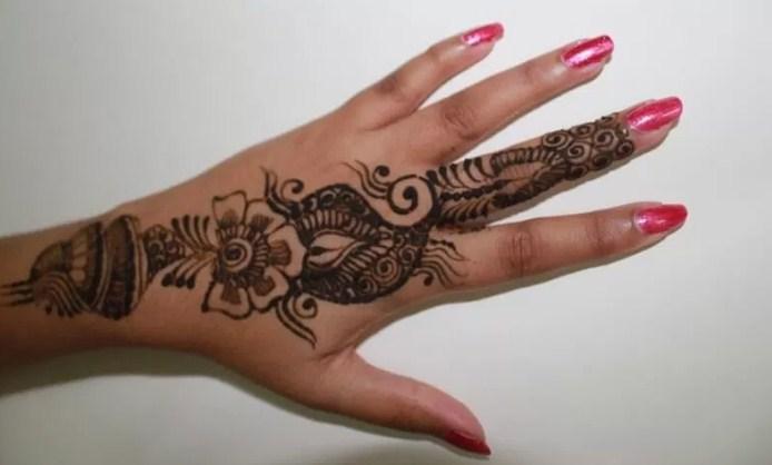 motif henna di kuku