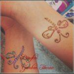 henna kupu kupu di tangan