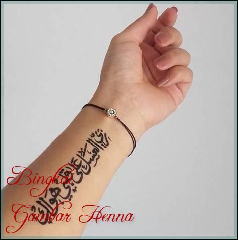 henna tulisan arab di tangan